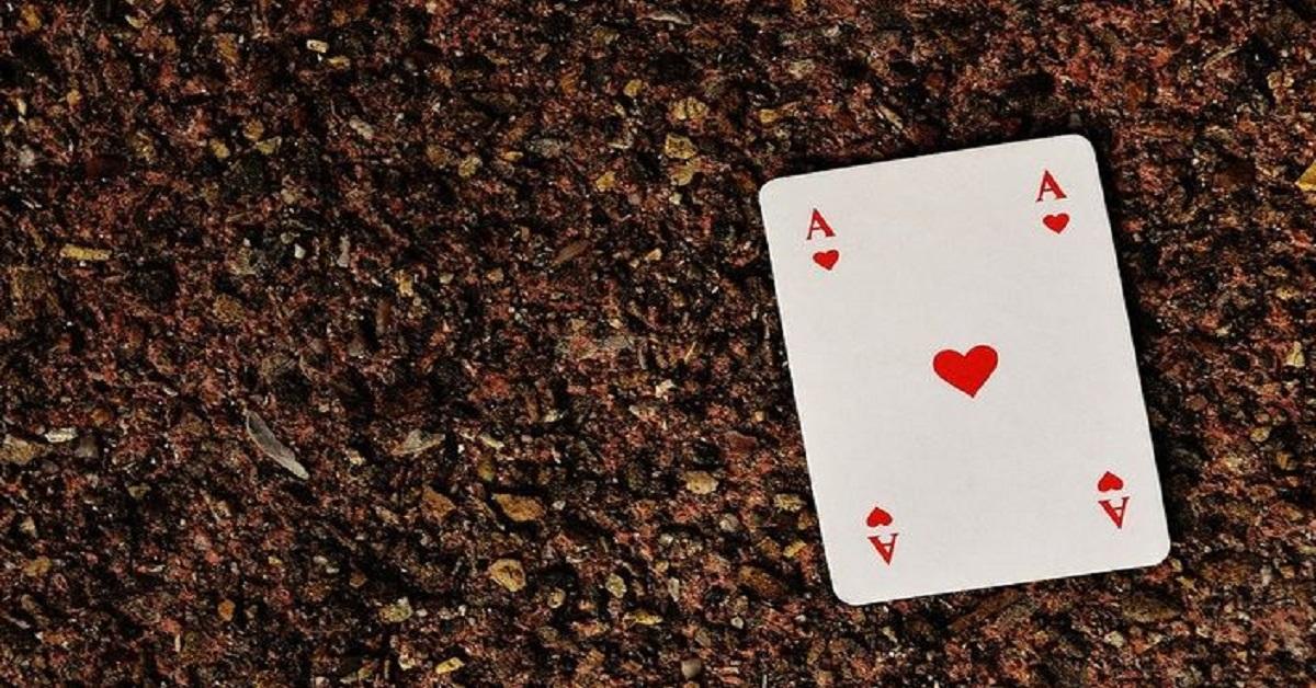 Qual è il vero significato che si cela dietro il ritrovamento di una carta da gioco per strada?