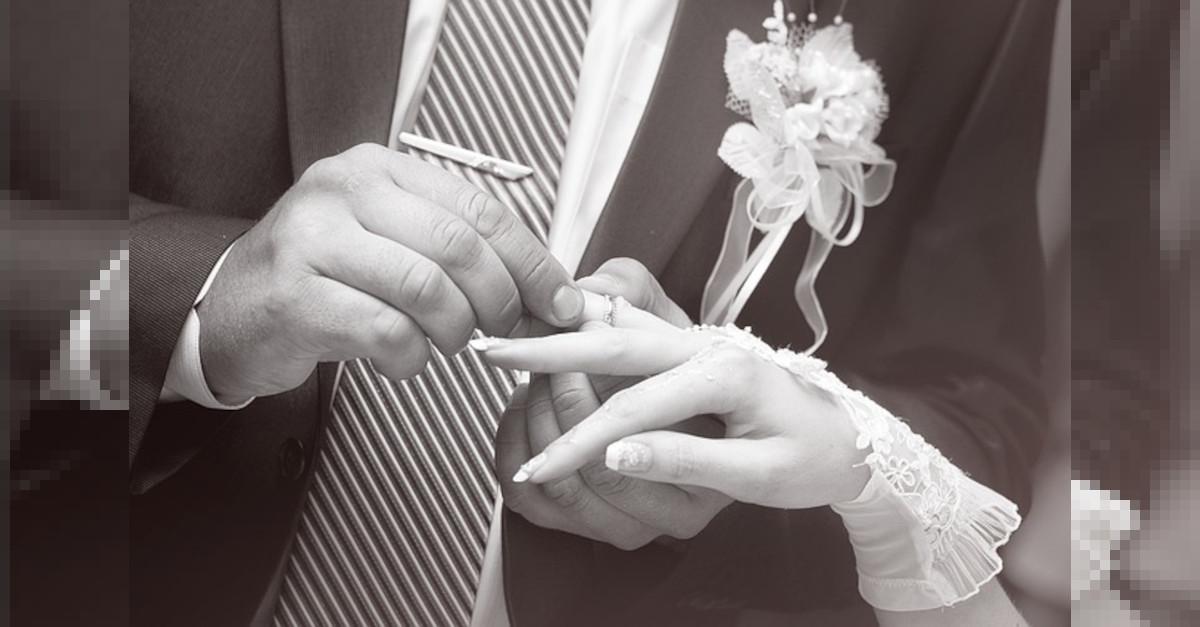 Scopre dell'infedeltà del suo ex marito quando la stampa annuncia il suo matrimonio con quella che era stata la sua amante