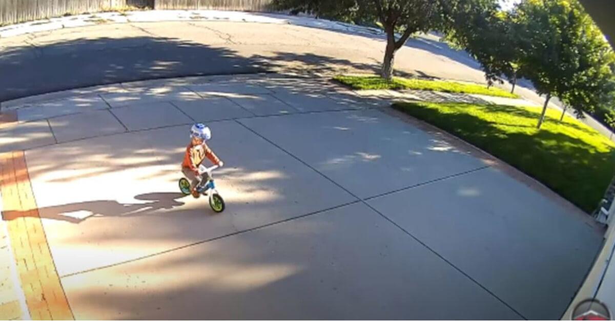Il bambino continua a giocare nel vialetto dell'uomo ed ecco cosa ha fatto l'uomo [VIDEO]