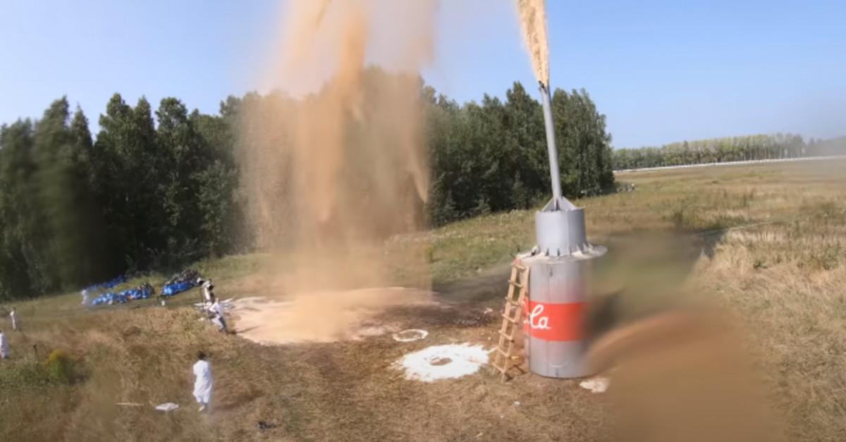Uno youtuber ricrea l'esperimento di Coca Cola e Mentos con Bicarbonato, ma con 10.000 litri di Coca Cola. Il Video da record