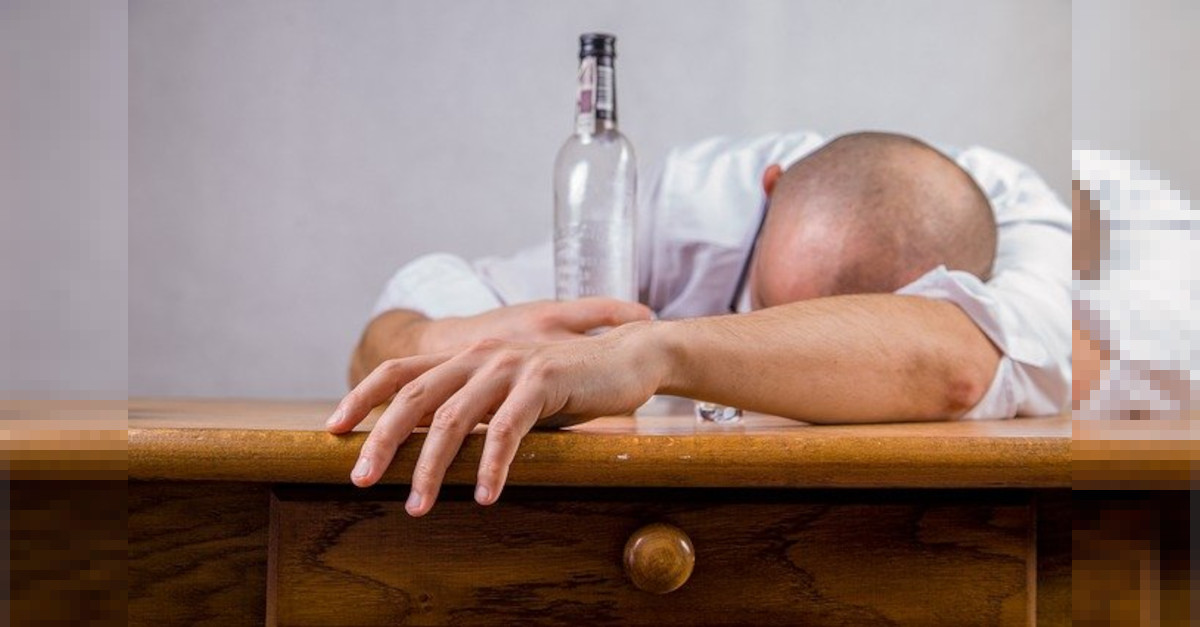 Come superare i postumi di una sbornia :  ecco alcuni tra i più efficaci rimedi casalinghi