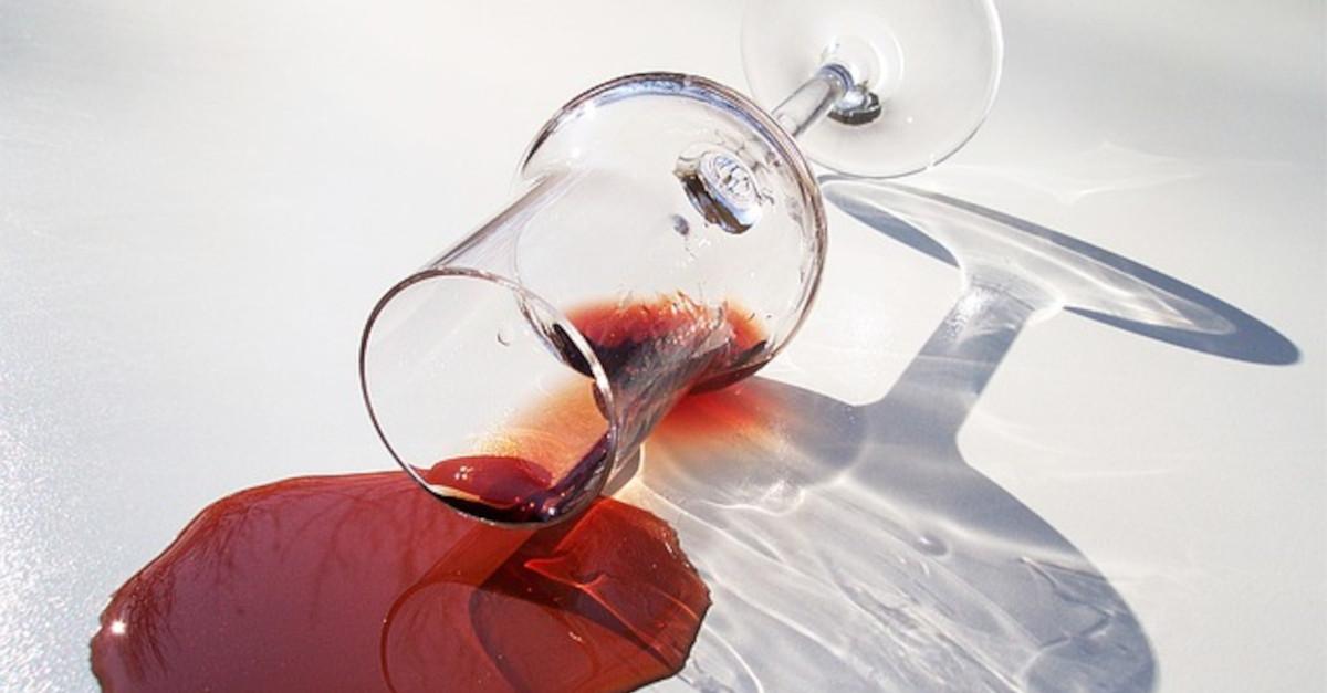 Come eliminare le macchie di vino dai tessuti con prodotti reperibili in casa: è più facile di quel che credi