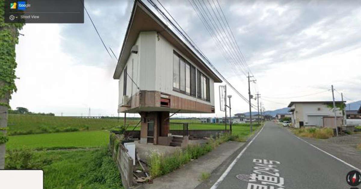 Le curiose immagini di una casa costruita su una scala che lascia senza parole gli utenti di Internet