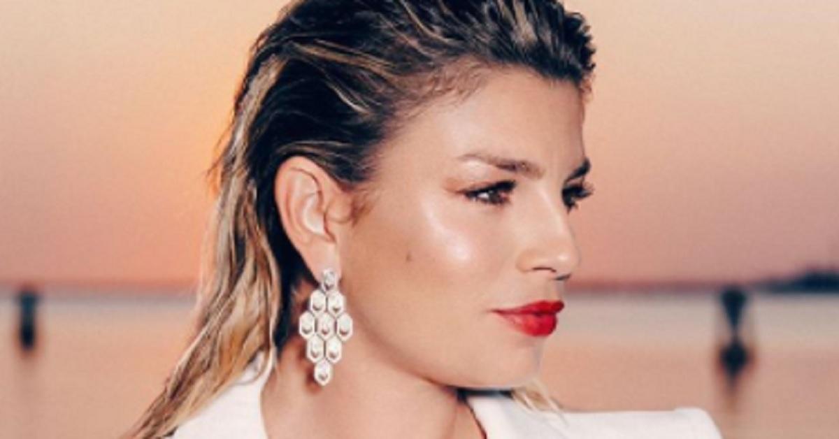 Occhi puntati sugli orecchini di Emma Marrone, bellissimi e tempestati di diamanti ecco il loro prezzo esorbitante.