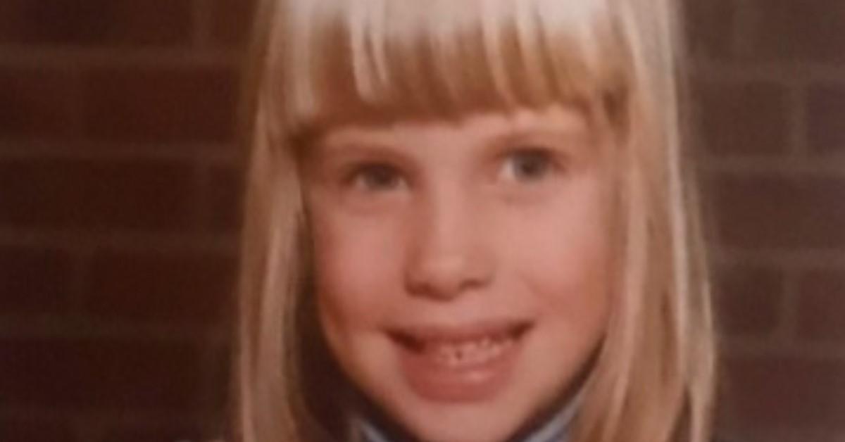 Spunta la foto da bambina del volto noto della tv, bionda e bella, lo sguardo è lo stesso. L'avete riconosciuta?