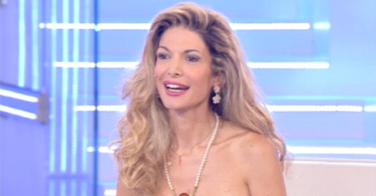 Maria Monsè fa fare un ritocchino al naso alla figlia, critiche amare nei confronti della showgirl