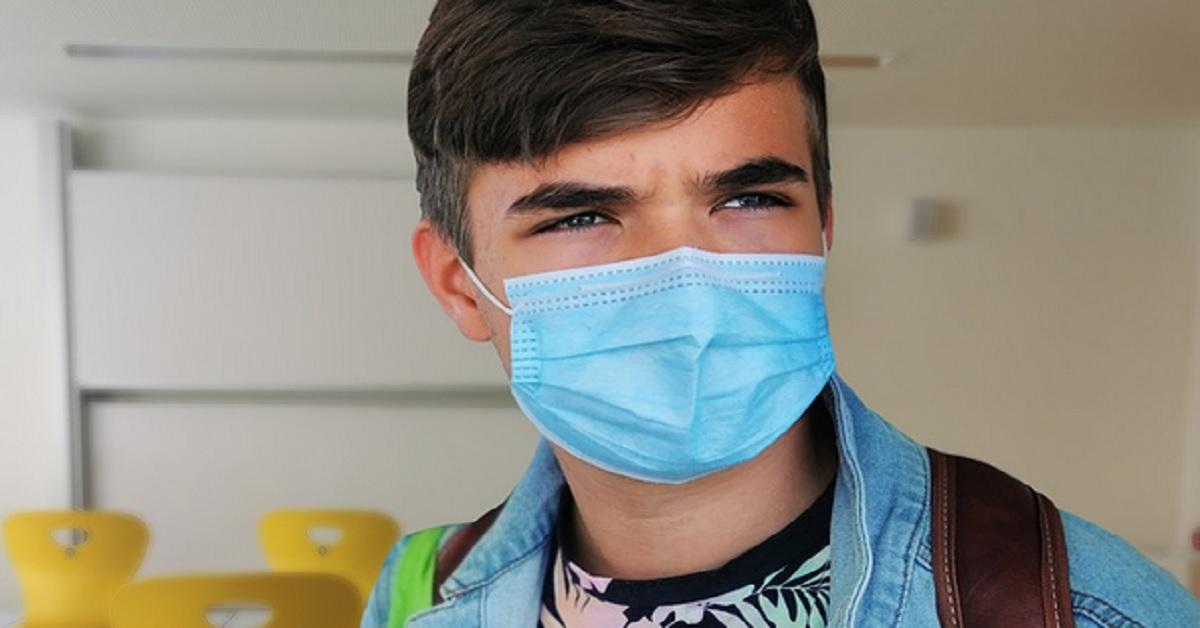 Perchè le mascherine chirurgiche vanno indossate con la parte colorata in blu verso l'esterno?