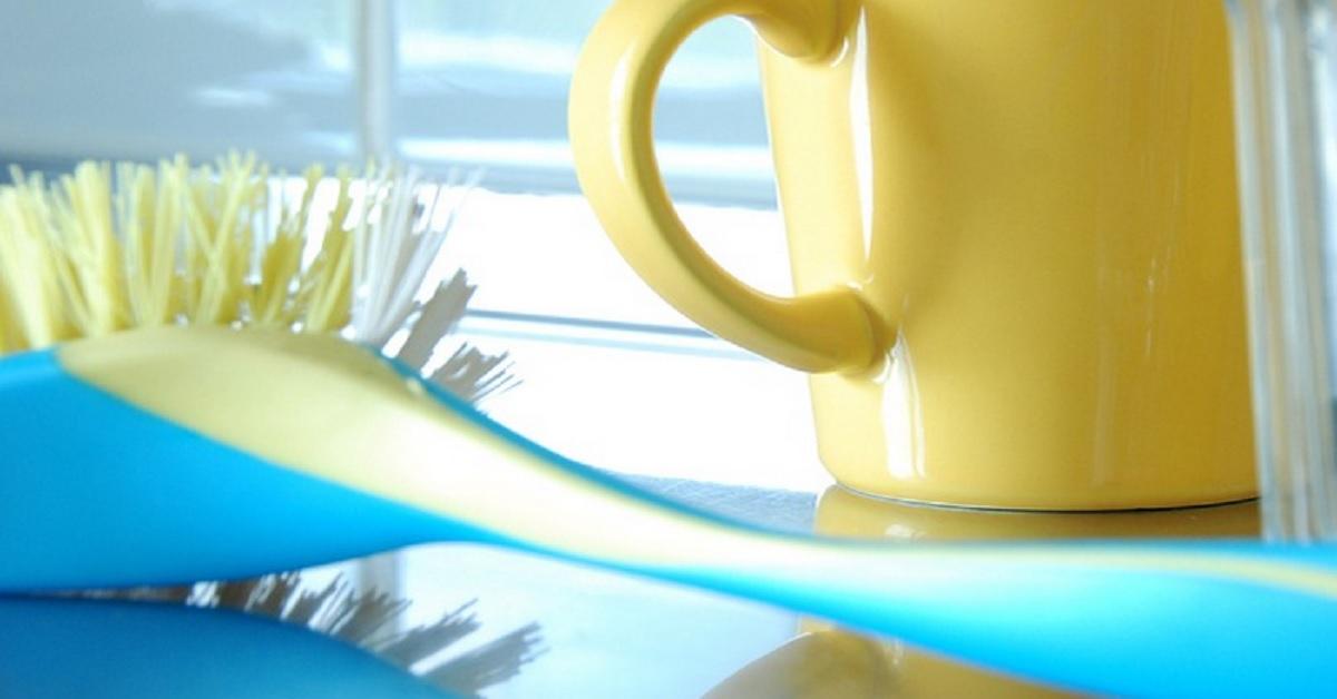 Avete mai bruciato un utensile di plastica in cucina? Ecco come rimuovere le tracce di plastica fusa