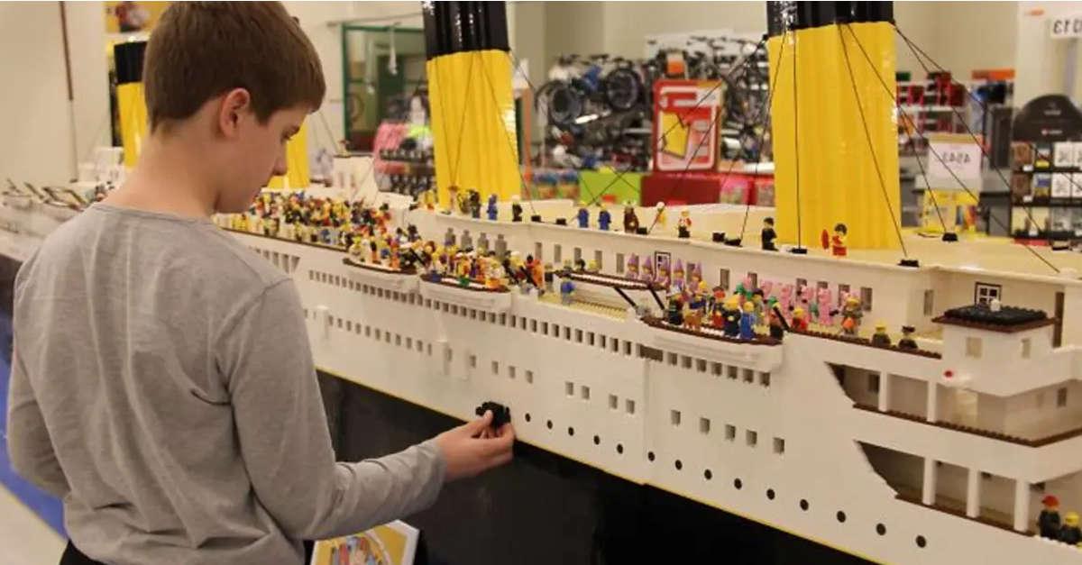 Ragazzino autistico rompe il record costruendo la più grande replia del Titanic con 56,000 Lego