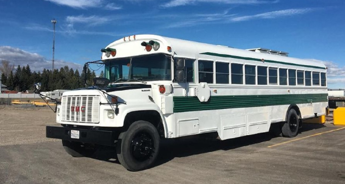 Trasformano uno scuolabus in una vera piccola casa di lusso su ruote. VIDEO