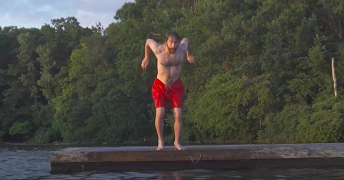 Sfida visiva: Uomo che salta in acqua usando uno strano effetto visivo [VIDEO]
