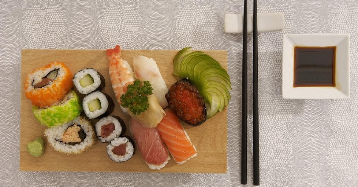 Sushi: lo consumi nel modo giusto?  9 regole  per mangiarlo in modo corretto. Ecco gli errori da non fare
