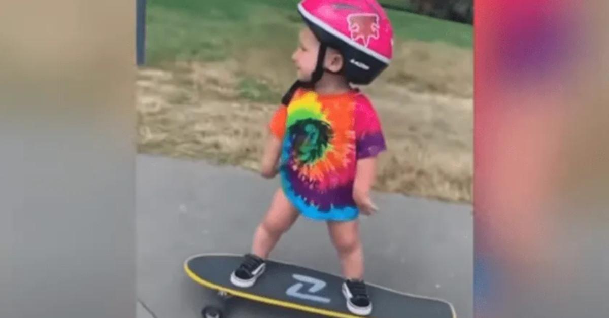 Bimba di 1 anno conquista internet mostrando la sua capacità di andare sullo skateboard [VIDEO]