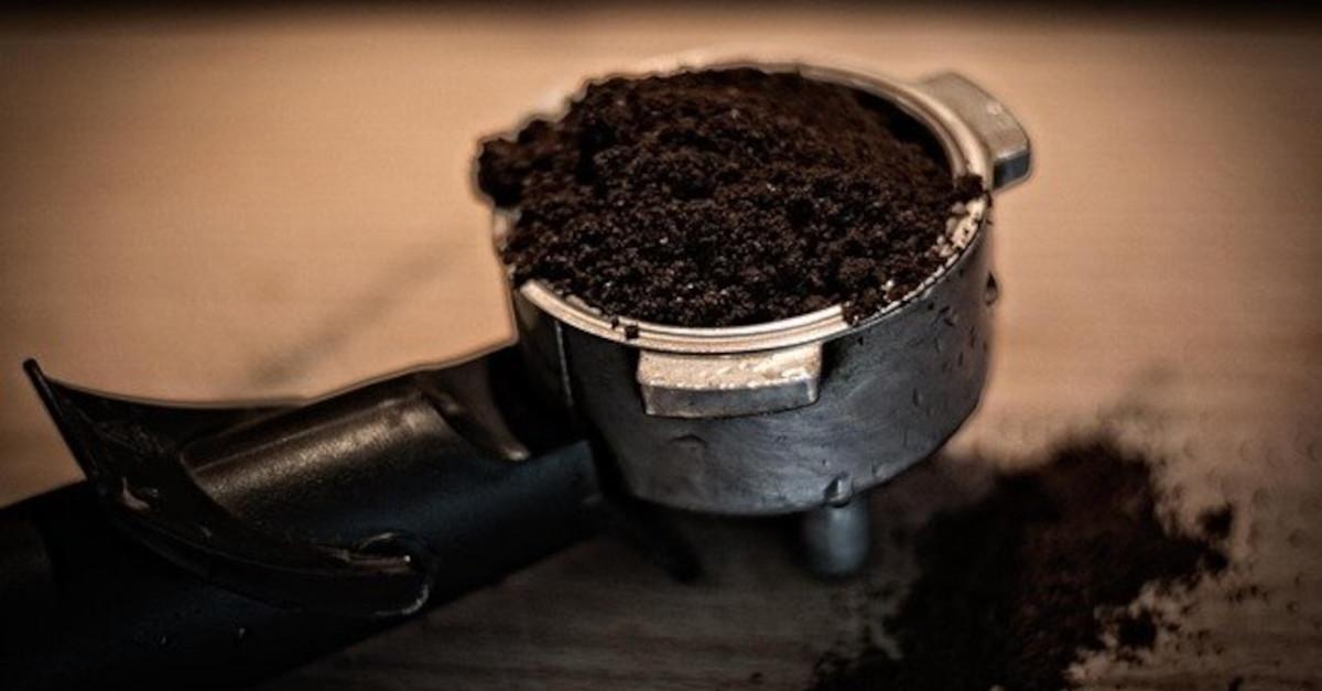 Non buttarli più! Ecco 5 incredibili modi di riutilizzare i fondi di caffè di cui non potrai più fare a meno