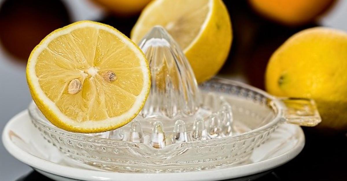 Il trucchetto segreto per ottenere più succo quando si spreme il limone
