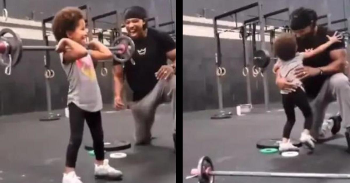 Questa è la reazione di un padre mentre sua figlia solleva pesi in palestra [VIDEO]
