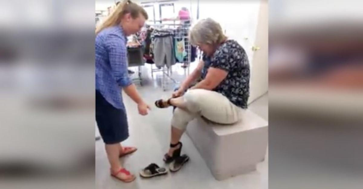 """Donna cerca di fare una """"sfilata"""" con i tacchi alti. Ma sono troppo alti per lei! [VIDEO]"""