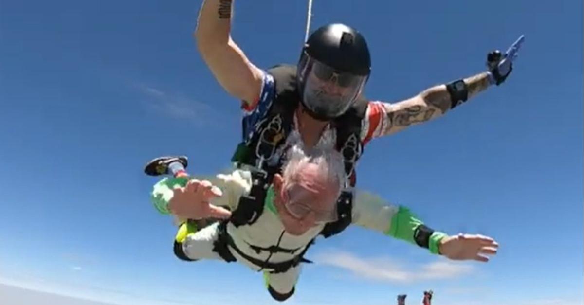 Un uomo di 103 anni si è paracadutato e ha stabilito un nuovo record [VIDEO]