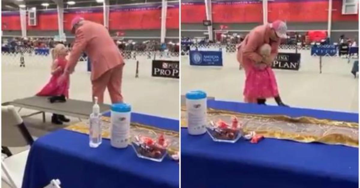La ragazza con autismo partecipa con il suo cucciolo di peluche a una gara di cani [VIDEO]