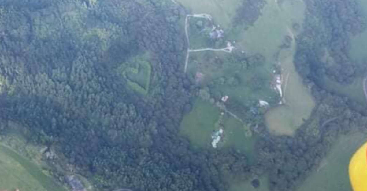 Un elicottero di salvataggio sorvola una foresta e nota un romantico regalo che un uomo ha fatto a sua moglie