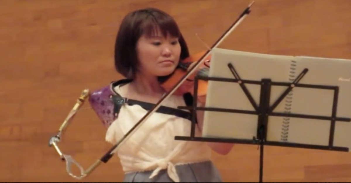 La violinista giapponese sorprende il mondo suonando con una protesi [Video]