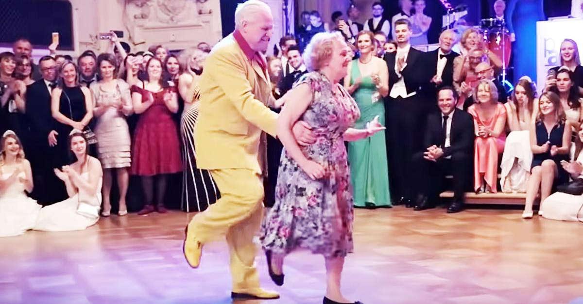 Una coppia di anziani mette in mostra le mosse da vecchia scuola in un'esibizione indimenticabile