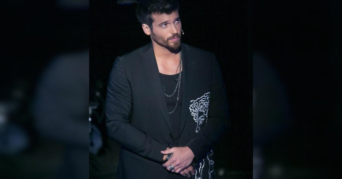 Can Yaman si toglie la giacca a C'è posta per te: pubblico in delirio. Ma chi ha disegnato la giacca dell'attore?