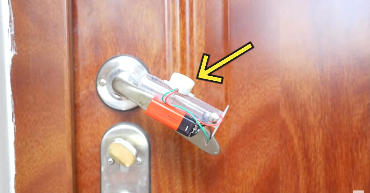 Lega una siringa alla maniglia della porta per creare un sistema di allarme fatto in casa [VIDEO]