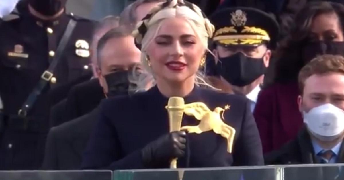 Inauguration Day: Tutti gli occhi sull'abito di Lady Gaga e sulla particolare spilla d'oro