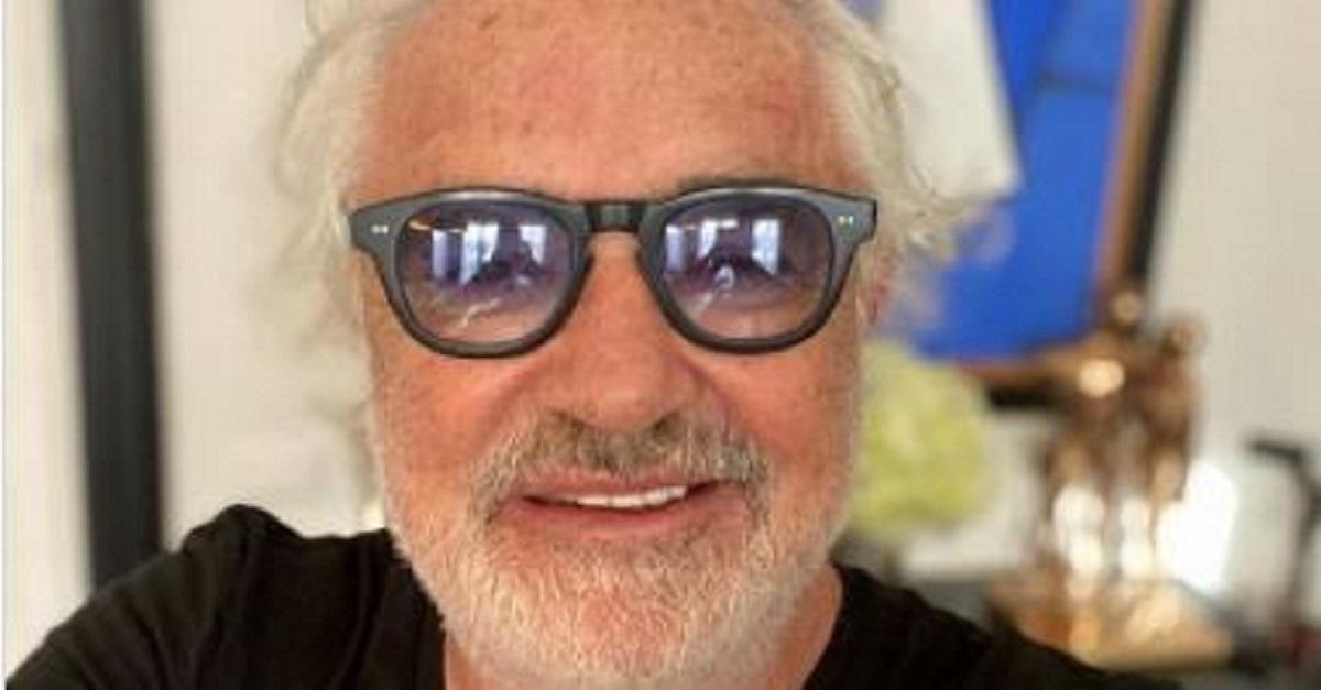 Cambio di look per Flavio Briatore che posta un selfie direttamente dalla sedia del parrucchiere