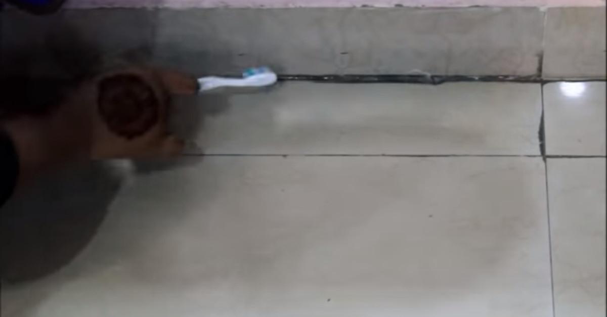 Come pulire lo sporco tra le mattonelle con un rimedio semplice ed efficace