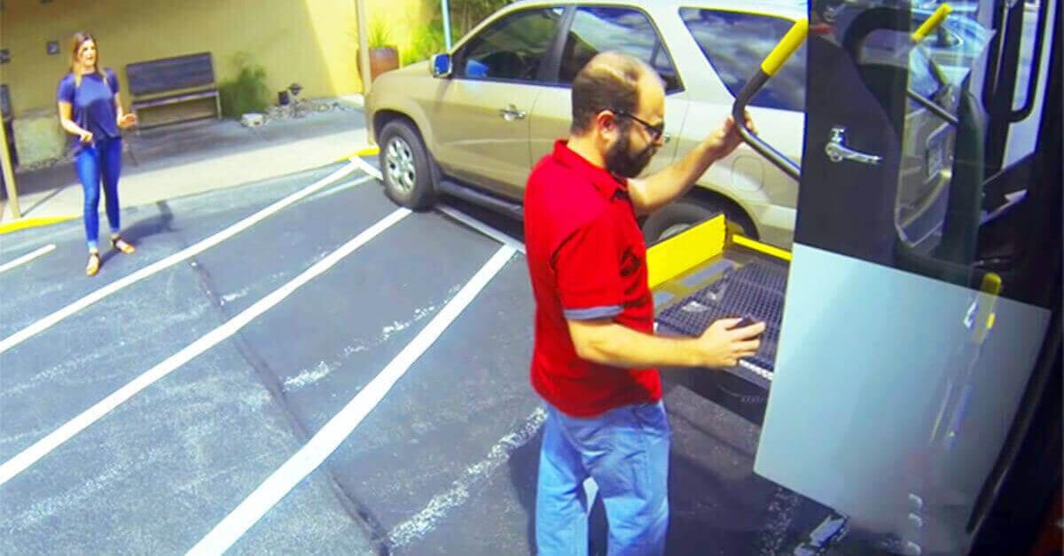 Autista di un bus per diversamente abili si vendica di una donna parcheggiata illegalmente in un parcheggio per disabili di un ristorante