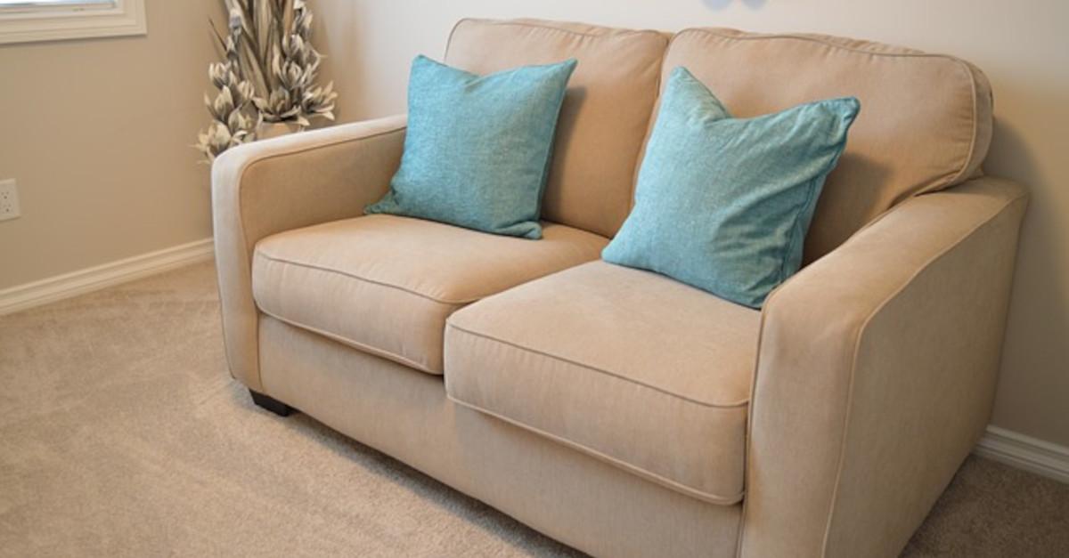 Come pulire un divano in tessuto con bicarbonato di sodio e aceto?