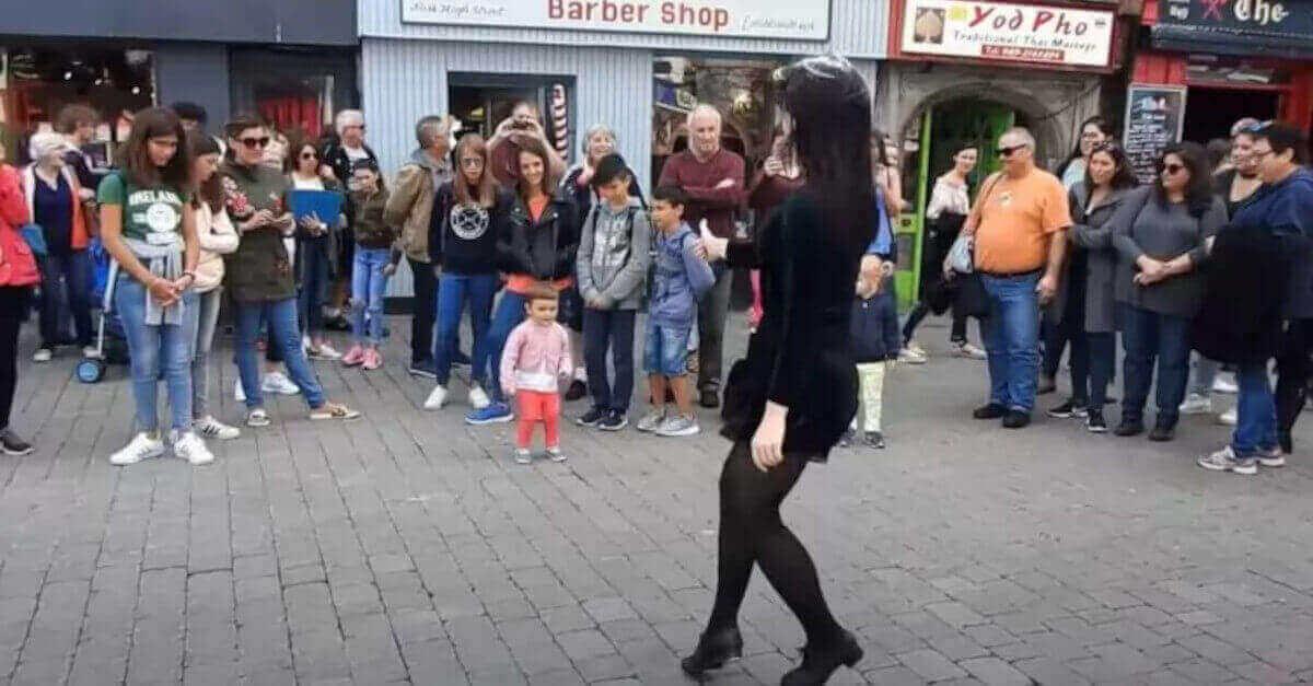 Una bambina carismatica si avvicina alla ballerina irlandese e le ruba completamente la scena