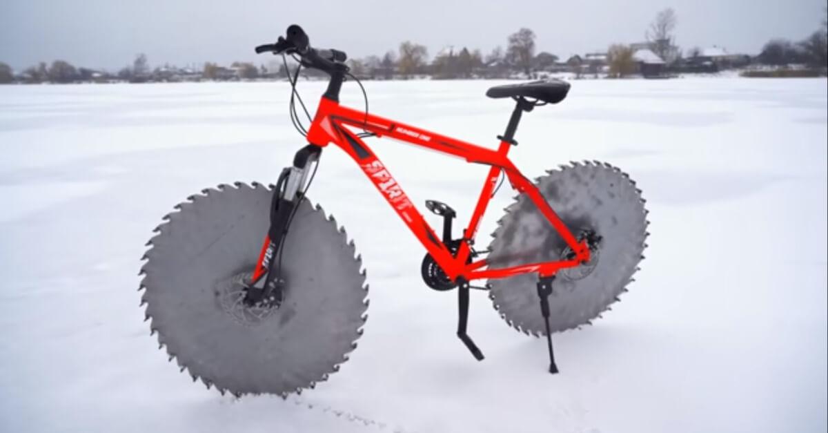 Ha creato una bicicletta brutale con seghe circolari come ruote per guidare su un lago ghiacciato