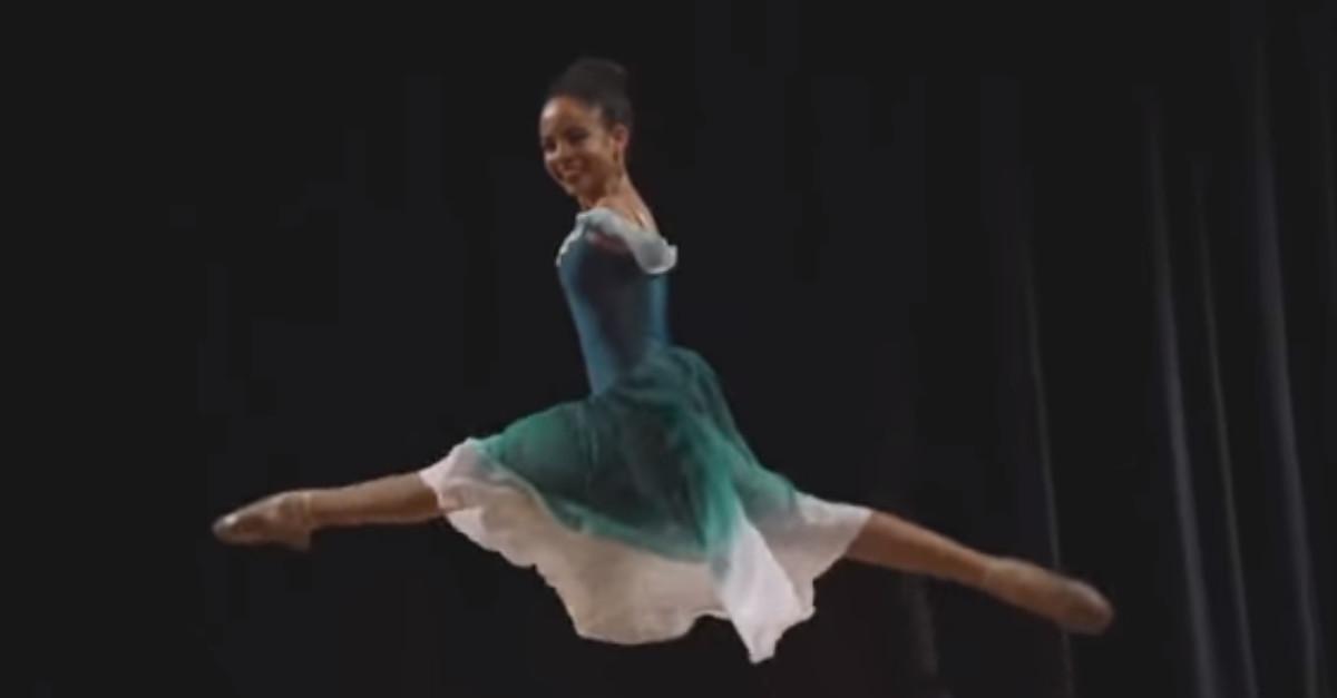 La sedicenne nata senza braccia realizza il suo sogno e diventa una ballerina di ispirazione