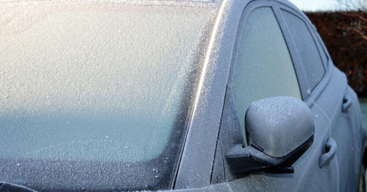 Qual è il modo migliore per rimuovere lo strato di ghiaccio sul finestrino dell'auto