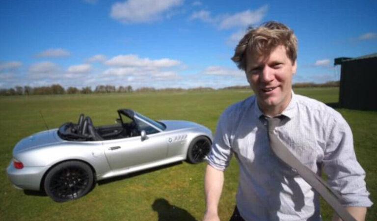 Costruisce partendo da una BMW Z3, una replica dell'auto di James Bond che include un lanciafiamme sotto il cofano