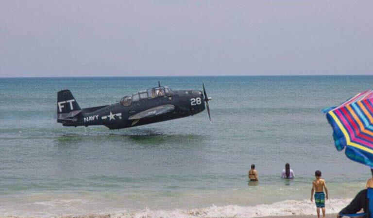 L'aereo della seconda guerra mondiale fa un  atterraggio d'emergenza davanti ai turisti increduli