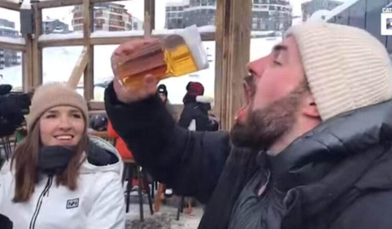L'uomo cerca di bere un bicchiere di birra congelata, ma finisce per come non voleva