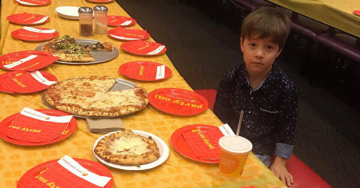 Un bambino di 6 anni diventa virale dopo essere rimasto solo alla sua festa di compleanno