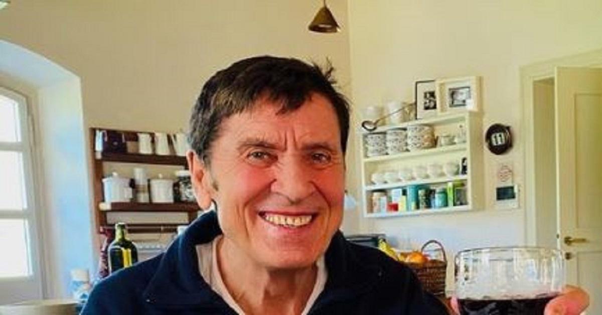 Gianni Morandi, finalmente dimesso dall'Ospedale, pubblica la sua prima foto da casa