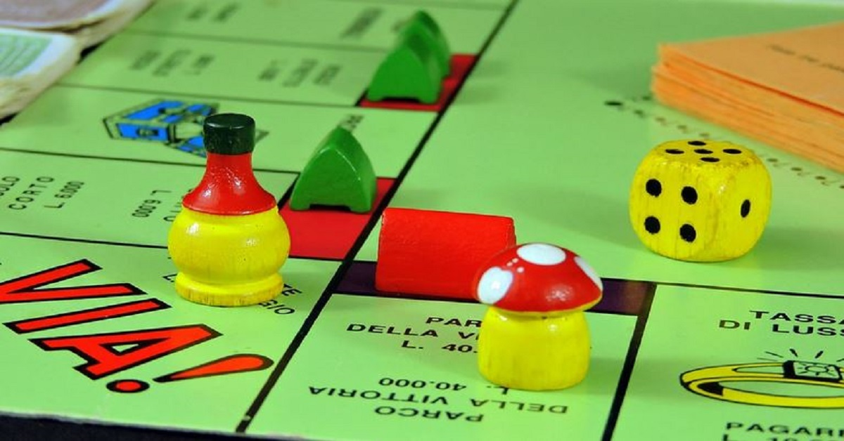 Rimuovono il vecchio pavimento e sotto scoprono un tabellone enorme del Monopoly