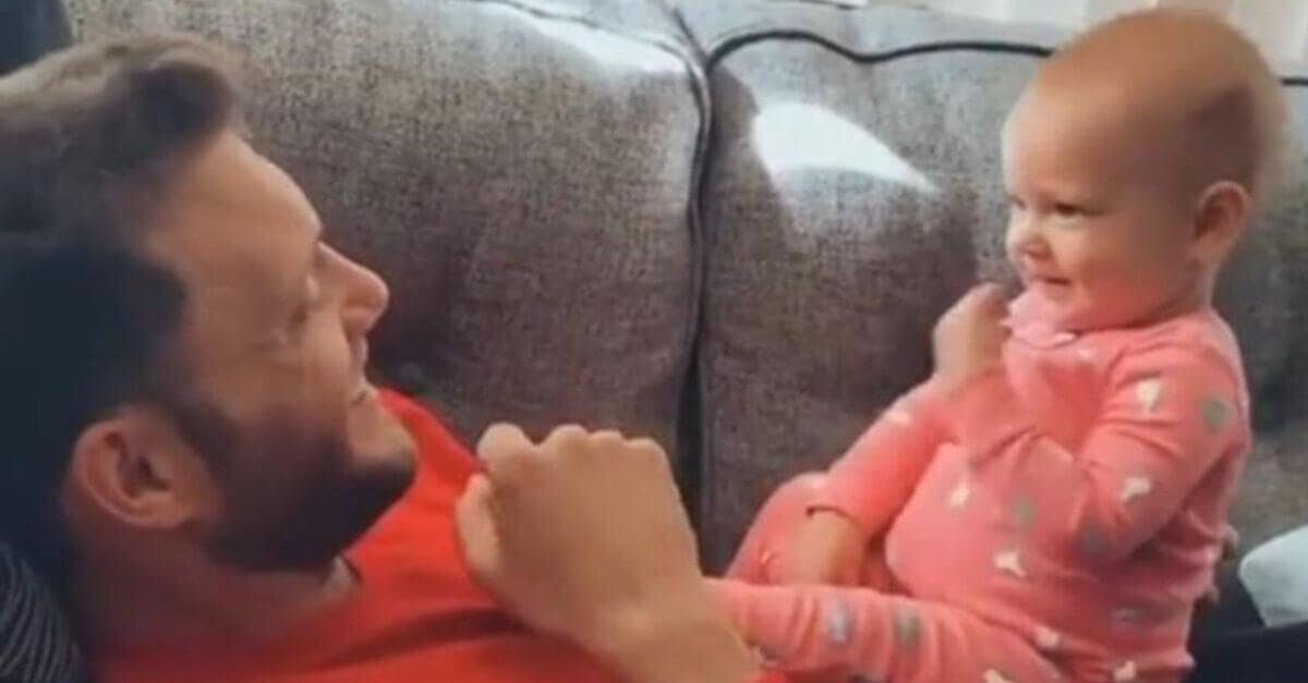 La bambina di un anno comunica con il padre sordo con il linguaggio dei segni; il video diventa virale