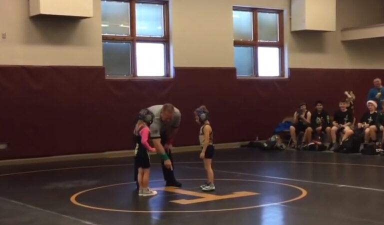 Un ragazzo corre in aiuto di sua sorella pensando che la lotta sia stata una vera e propria lotta