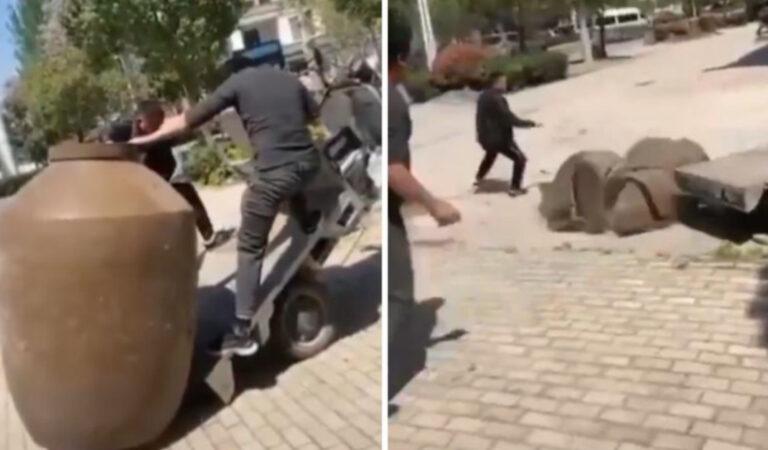 Volevano trasportare un vaso gigante, ma il loro video è diventato virale per un altro motivo