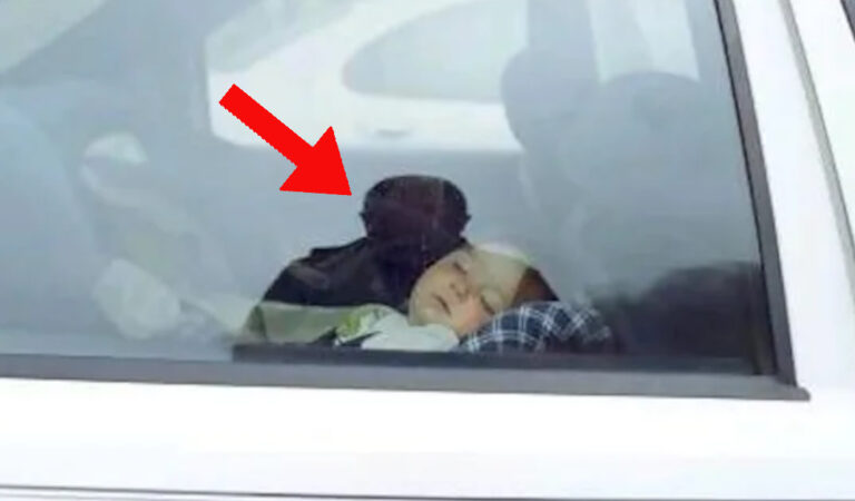 Un agente di polizia commette un errore rompendo il finestrino di un veicolo per salvare un bambino senza pensarci