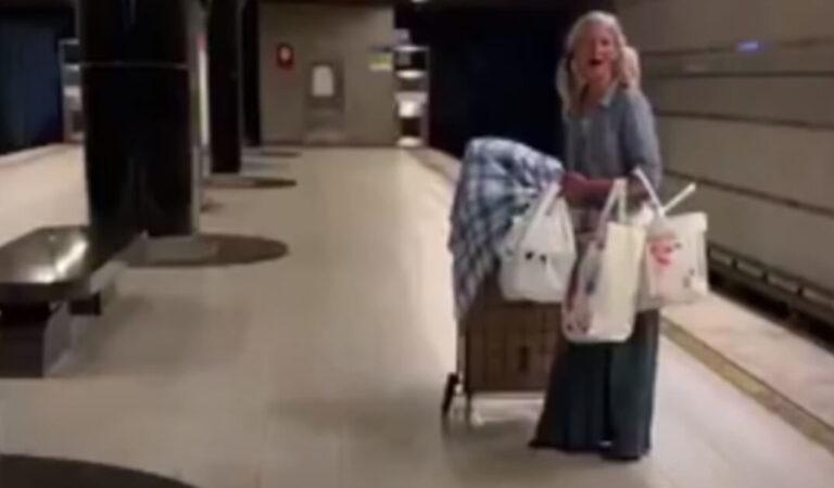 Una senzatetto canta l'opera con una voce prodigiosa nella metropolitana di Los Angeles e diventa virale (VIDEO)
