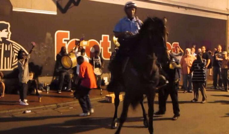 Il cavallo della polizia vede una band jazz suonare per strada ed inizia a ballare