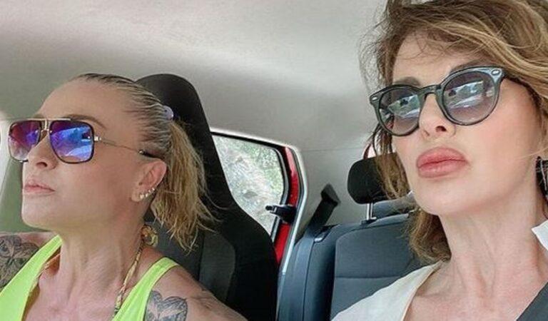 """Alba Parietti e Paola Barale ad Ibiza si mostrano in versione """"Thelma e Louise"""" su Instagram"""